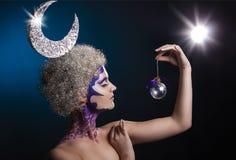一个女孩的冬天画象有创造性的构成的 在她的头发的月亮 美好的女性配置文件 库存图片
