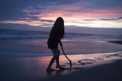 一个女孩的剪影日落的 免版税库存图片