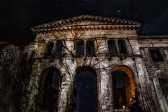 一个女孩的剪影有一个蜡烛的аnd与银河的满天星斗的天空 库存照片