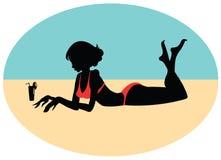 一个女孩的剪影海滩的 免版税库存照片