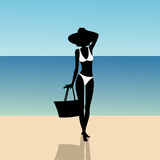 一个女孩的剪影海滩的 免版税库存图片
