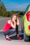 一个女孩的垂直的画象在汽车附近的 库存图片