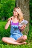 一个女孩的垂直的画象有笔记本的 库存照片