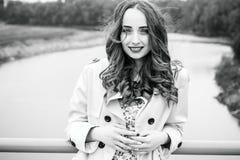 一个女孩的情感特写镜头画象一座下垂桥梁的 一gir 库存图片