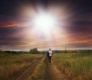 一个女孩的早晨跑步的连续剪影美好的日出的背景的 库存照片