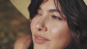 一个女孩的特写镜头画象有异常和非常美丽的眼睛的 影视素材