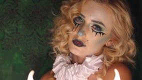 一个女孩的特写镜头面孔有明亮的构成的为万圣节 股票视频