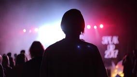 一个女孩的特写镜头音乐会的 回到视图 闪动的聚光灯 蓝色光 影视素材