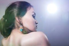 一个女孩的特写镜头画象有光秃的肩膀的在外形 免版税库存图片