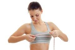一个女孩的特写镜头画象测量乳房的容量的上面的 库存图片
