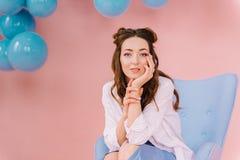 一个女孩的画象一件蓝色礼服的在一间桃红色屋子 免版税库存照片