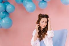 一个女孩的画象一件蓝色礼服的在一间桃红色屋子 库存照片