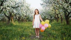 一个女孩的画象在一棵开花的苹果树 股票视频