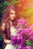 一个女孩的画象在春天在一个开花的庭院里 免版税图库摄影