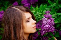 一个女孩的画象在春天有开花的 图库摄影