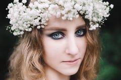 一个女孩的画象在森林里 免版税库存图片