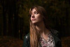 一个女孩的画象在秋天公园 图库摄影