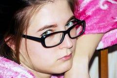 一个女孩的画象戴眼镜的 库存照片