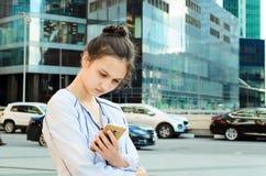 一个女孩的画象有一个手机的 图库摄影