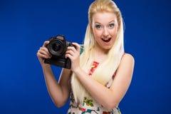 一个女孩的画象有一台照相机的在手上 免版税库存照片