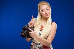 一个女孩的画象有一台照相机的在手上 库存照片