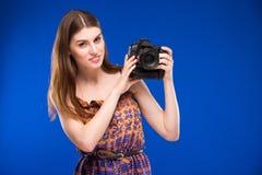 一个女孩的画象有一台照相机的在手上 库存图片