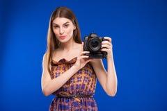 一个女孩的画象有一台照相机的在手上 免版税图库摄影