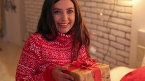 一个女孩的画象有圣诞节礼物的在手上 股票录像
