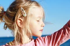 一个女孩的画象有她的眼睛的关闭了 库存图片