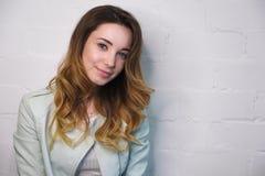 一个女孩的画象有流动的头发和轻微的微笑的在白色背景 库存图片