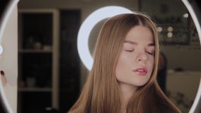 一个女孩的画象有环型LED光的反射的在眼睛的 股票视频