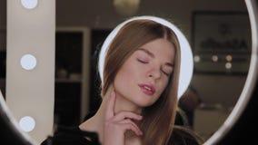 一个女孩的画象有环型LED光的反射的在眼睛的 股票录像