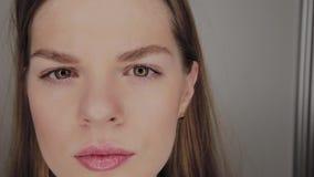 一个女孩的画象有环型LED光的反射的在眼睛的 影视素材