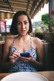 一个女孩的画象有电话的 免版税库存图片