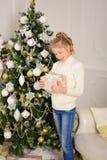 一个女孩的画象有礼物的在圣诞节新年 库存图片
