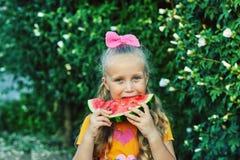一个女孩的画象用一个西瓜本质上 免版税库存照片
