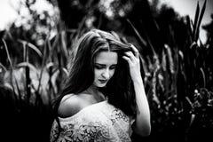 一个女孩的画象领域的,艺术,黑白照片 库存图片