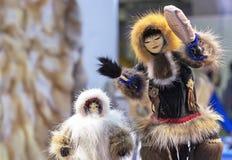 一个女孩的种族小雕象有一个小手鼓的从居住在西伯利亚的北部的小人民在俄罗斯 库存照片