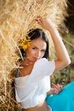 一个女孩的纵向在干草堆旁边的 免版税库存图片