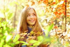 一个女孩的纵向在秋天森林里 库存图片