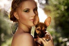 一个女孩的纵向有微型短毛猎犬的 库存照片