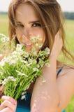 一个女孩的纵向有春黄菊的 免版税库存图片