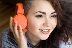 一个女孩的纵向有耳机的 库存照片