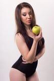 一个女孩的纵向用苹果 库存照片