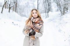 一个女孩的美丽的冬天画象有围巾和外套的 库存图片