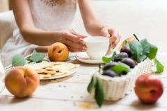 一个女孩的美味的新鲜的早餐 免版税库存照片