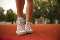 一个女孩的脚运动鞋的 图库摄影