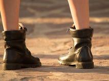 一个女孩的脚鞋子的在路 库存图片