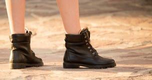 一个女孩的脚鞋子的在路 库存照片