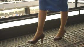 一个女孩的腿一条蓝色裙子的 股票视频
